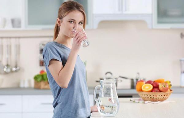 Uống 2 lít nước mỗi ngày ăn nhiều rau xanh để điều hòa nội tiết tố nữ